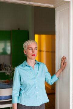 Juli Gudehus, Gestalterin, in ihrer Wohnung in Schöneberg. Berlin, Februar 2011